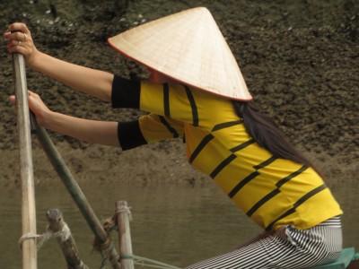 Não é força, é técnica! A moça da canoa ao lado era craque.